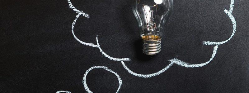 Ajatuspilvi jonka keskellä on lamppu.
