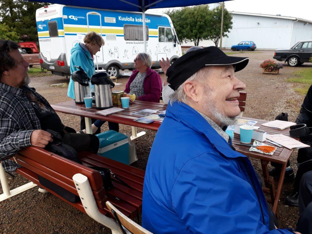 Asuntoautossa kulkeva kuulontutkimusasema pystytettiin Kolarin torille. Katoksessa yhdistyksen väki joi kahvia ja porisi asiakkaita odotellessaan.