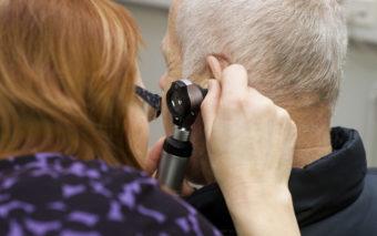 Korvaa tutkitaan otoskoopilla.