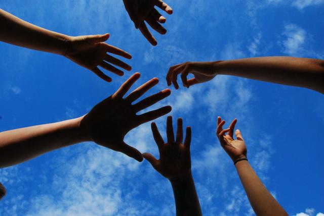 Kädet kurottavat kohti taivasta.