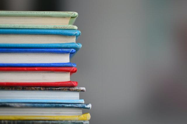Pinossa on erivärisiä kirjoja.