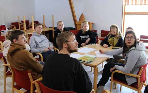 Opiskelijoita tekemässä ryhmätyötä.