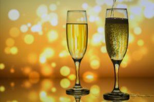 Kaksi shampanjalasia ja tunnelmavalaistus