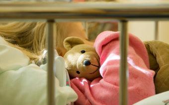 Lapsi sairaalavuoteessa nalle kainalossa. Kuva: Rodeo.fi.
