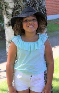 Orobosa-tyttö Kuuloliiton lasten leirillä.