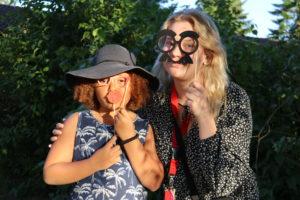 Orobosa-tyttö Kuuloliiton lasten leirillä yhdessä ohjaaja Viivin kanssa.