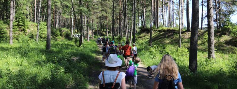 Lasten leirin ryhmä on matkalla uimarannalle.