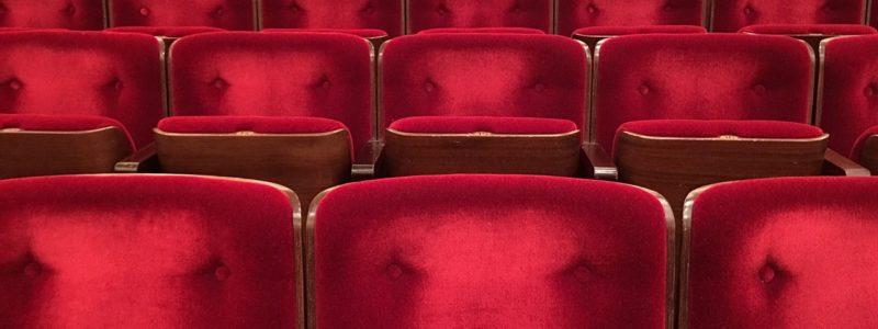 Punaisia penkkirivejä elokuvateatterissa.